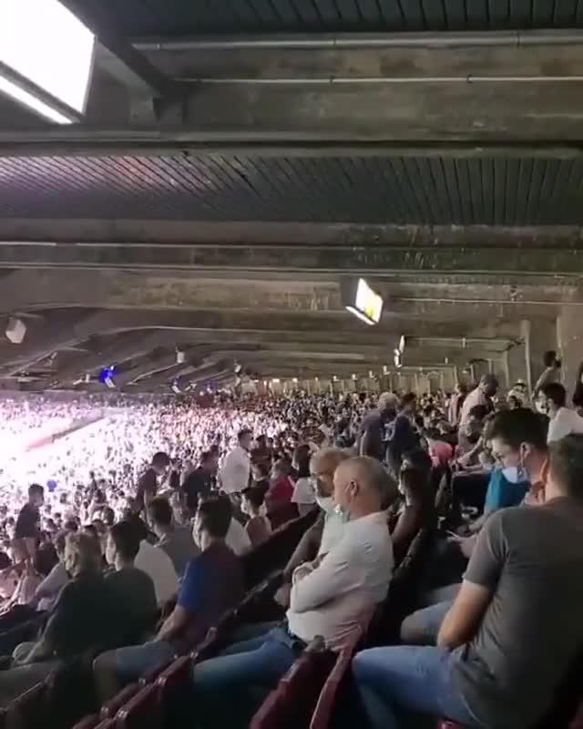 失望!比赛还未结束大批巴萨球迷离开球场