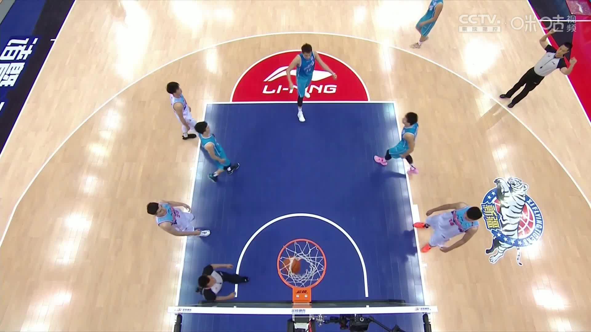 提前踩点?杜锋观战新疆男篮比赛